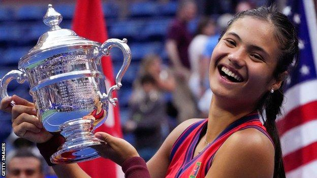 Emma Raducanu with the US Open trophy